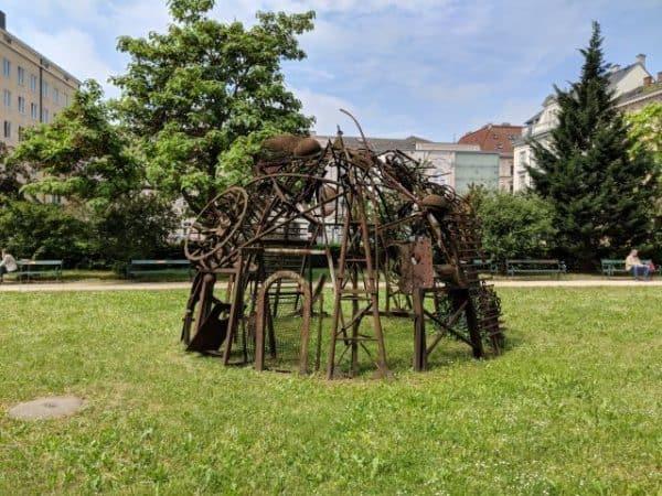 linz landesgalerie stadtspaziergang sehenswuerdigkeiten skulpturen installationen