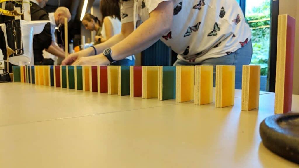 domino-day kettenreaktion teambuilding kooperation zusammenarbeit aufbau