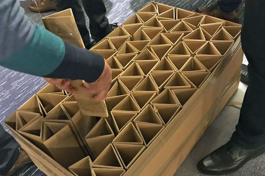 bridge to the future indoor teamevent firmenveranstaltung bruecke aufbau kartonage