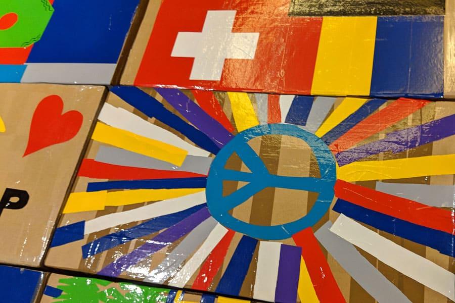 bridge to the future indoor teamevent kartonage firmenlogo bruecke incentive grossgruppe