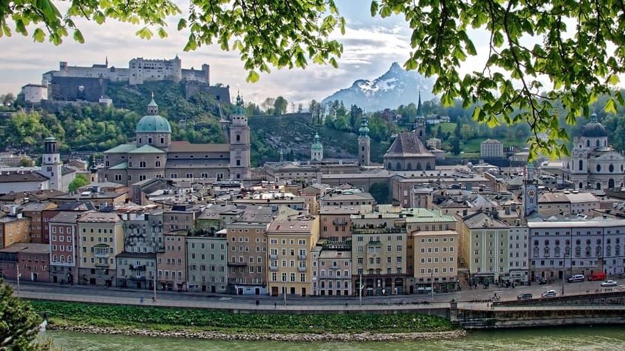 austria salzburg stadtansicht hohensalzburg berge geocaching in salzburg teamevent gps betriebsausflug pixabay