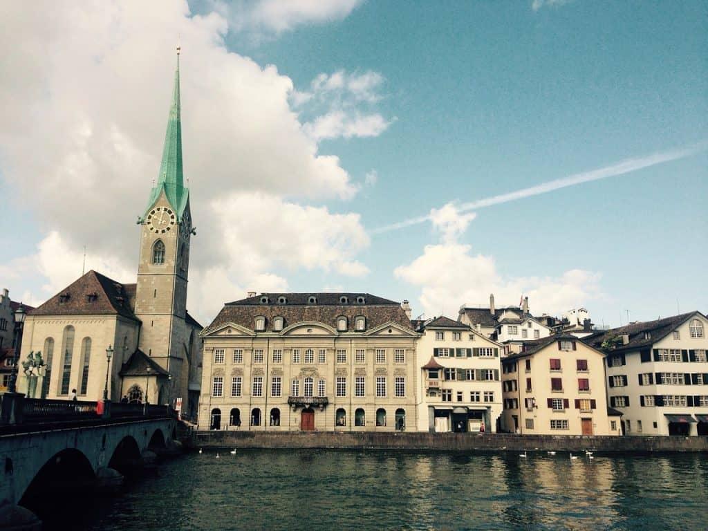 zuerich frauenmuenster schweiz chagall geocaching altstadt limmat bruecke pixabay